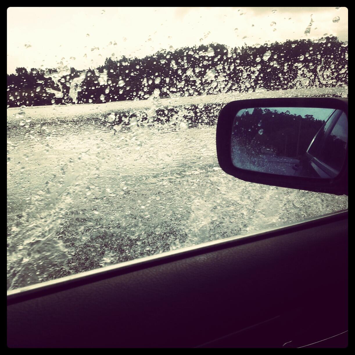 Em alguns locais, a água teima em não sair da estrada..